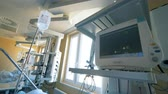 подопечный : Medical equipment in a hospital room, close up.