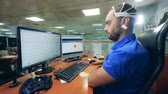 consciência : Male engineer controls computer using special Brainwave Scanning Headset
