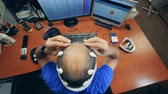 шлем : Person putting sensors on a head, top view.