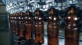 processado : Round transporter is moving brown bottles with beer