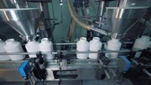 bottiglia pet : Working equipment filling bottles on a moving conveyor, automated line. Filmati Stock