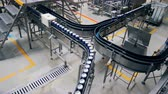 zawór : Beer cans moving on a conveyor, top view.