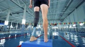 giymek : Person wears bionic prosthesis while training, disabled sportsman. Stok Video