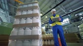 bottiglie di plastica : Automatic packaging of plastic canisters and a worker controlling it