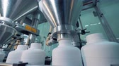 produtos químicos : White plastic jars are getting filled by the machine