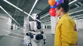 léggömb : Smiling lady is giving colourful balloons to a robot