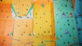 espaçoso : Artificial clambering wall in an empty gym