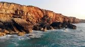 épico : Rocky cliffs in the waves of the ocean