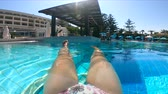 banhos de sol : Woman resting in a pool, enjoying vacation. Summer vacation concept.