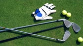 挑戦 : Golf accessories are lying on the grass