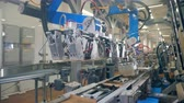 distribution automatique : Factory machine puts cardboard sheets on a conveyor to make a box. Automated assembly line.