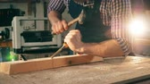 schrijnwerk : Male carpenter uses tools while working with wood.