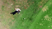 hráč golfu : Golf course with a male player hitting in a view from above