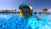 amatör : Happy child is swimming in a life vest