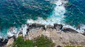 景观 : Ocean waves are slowly crashing along the rocks