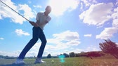golfen : Person plays golf on a field, hitting ball.