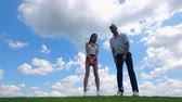 golfen : Man and woman training, playing golf at a course. Stockvideo
