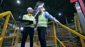 knutselen : Two inspectors are talking in the plant, modern factory Stockvideo