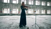 오케스트라 : Professional violinist performing in a ruined room alone.