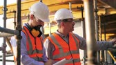 felügyelet : Construction engineer is giving instructions to his colleague