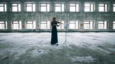 violoncelle : Abandoned building with a woman playing the violin