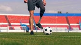дриблинг : Paralympian with a bionic leg is playing football, soccer