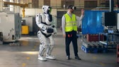 bril dragen : Male engineer wears VR glasses to control a robot. Stockvideo