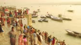 sagrado : Time lapse Indian pilgrims rowing boat in sunrise, Ganges river at Varanasi, India. 4k footage video. Vídeos