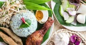 malaio : Nasi kerabu or nasi ulam, popular Malay rice dish. Blue color of rice resulting from the petals of butterfly-pea flowers. Traditional Malaysian food, Asian cuisine, 4k footage video. Stock Footage