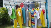 varal : Clothes hanging on a clothesline under hot sun, footage video.