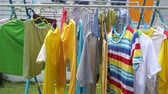varal : Clothes drying on the clothesline outside on a sunny day, footage video. Vídeos