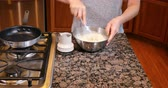 ingrediente : Whisking fresh pancake batter in stainless steel bowl Vídeos