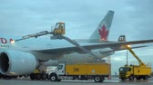 кокпит : Deicing Trucks spray Type IV fluid on an Air Canada Boeing 777 before departure