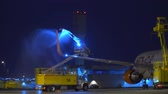 geada : Type IV deicing fluid is applied to a Rouge Boeing 767 Aircraft before departure in the winter