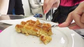 belgie : Woman eating waffles with sugar