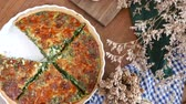 espinafre : Quiche a savoury open tart or flan consisting of pastry crust with spinach mushrooms cheese. Stock Footage