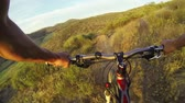 bisiklete binme : POV Extreme Mountain Biking  Stok Video