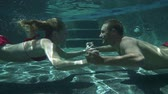 yüzme havuzu : Couple Kissing Underwater In Swimming Pool In Slow Motion