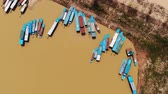 тунец : 4k Aerial view of touristic boats viewed from birdeye level in Tonle-Sap lake, Siem-Reap, Cambodia Стоковые видеозаписи