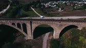 выстрел : aerial shot of the stone railway bridge outside the city Стоковые видеозаписи