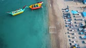 baía : Aerial view of the beach with chaise-lounges.