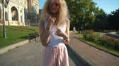 способ : Girl posing on camera on city street