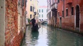 венето : Venetian channel with ancient houses and boats Стоковые видеозаписи