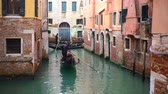 Венеция : Venetian channel with ancient houses and boats Стоковые видеозаписи