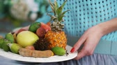pêssego : Fruit on a plate in the hands