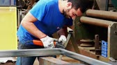 metalworker in his workshop. in his tshirt there is the his surname Vidéos Libres De Droits
