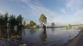 рыбаки : Fishermen fishing in the flood season. Стоковые видеозаписи