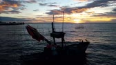 Мауи : Sunset behind a fishing boat in the sea. Стоковые видеозаписи