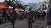 bermudas : Tourists walk during the Americas Cup World Series in Hamilton, Bermuda