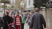 jednotnost : Large Anonymous Crowd Walking on a Busy Lichfield Town Centre Precint Street